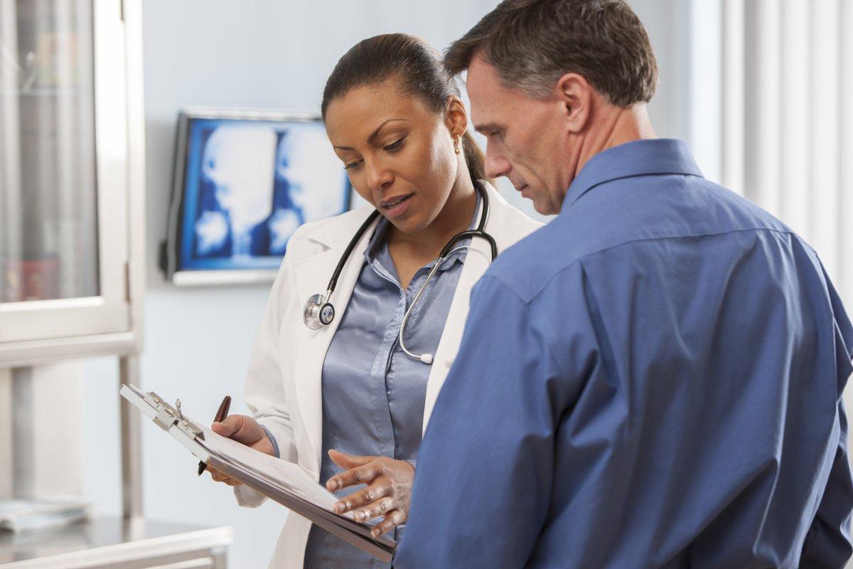 Paciente conversando com médico | Conheça os principais cuidados e prevenções contra Gordura no Fígado